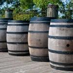 Thumb avatar 16003649 quatre tonneaux en bois le long d une terrasse en bois barils sont munis de sangles en m tal noir a
